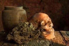 Ainda vida com um potenciômetro do crânio e de argila, produto de cerâmica Foto de Stock
