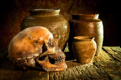 Ainda vida com um potenciômetro do crânio e de argila, produto de cerâmica Imagem de Stock