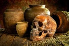 Ainda vida com um potenciômetro do crânio e de argila, produto de cerâmica Foto de Stock Royalty Free