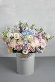 Ainda vida com um ramalhete das flores o florista uniu um grupo de flores bonito Trabalho manual do homem usado Fotos de Stock Royalty Free