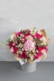 Ainda vida com um ramalhete das flores o florista uniu um grupo de flores bonito Trabalho manual do homem usado Imagens de Stock Royalty Free