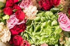Ainda vida com um ramalhete das flores o florista uniu um grupo de flores bonito Trabalho manual do homem usado Imagens de Stock