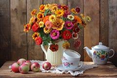 Ainda-vida com um ramalhete de flores do jardim e de utensílios do chá Fotos de Stock Royalty Free