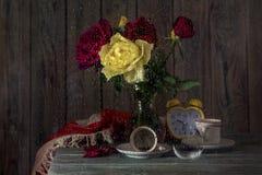 Ainda vida com um ramalhete de rosas outonais foto de stock royalty free