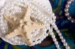 Ainda-vida com um starfish e as pérolas Fotografia de Stock Royalty Free