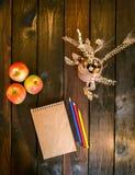 Ainda vida com um vaso, um bloco de notas e as maçãs Imagem de Stock