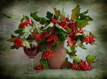 Ainda vida com um viburnum e um vidro do vinho imagem de stock