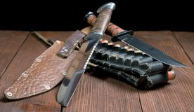 Ainda vida com uma faca e um bandolier Foto de Stock Royalty Free
