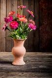 Ainda vida com uma flor do vaso, Fotografia de Stock Royalty Free