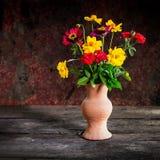 Ainda vida com uma flor do vaso, produto de cerâmica Fotografia de Stock Royalty Free