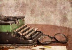 Ainda vida com uma máquina de escrever velha Foto de Stock Royalty Free