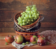 Ainda vida com uvas e as maçãs verdes Fotos de Stock Royalty Free