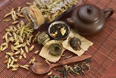 Ainda vida com vários tipos de chá e de dishware chineses Fotos de Stock Royalty Free