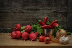Ainda vida com vários vegetais em um estilo rústico Foto de Stock Royalty Free