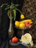 Ainda vida com vaso e fruto Imagens de Stock Royalty Free