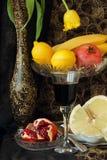 Ainda vida com vaso e fruto Foto de Stock