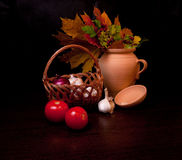 Ainda vida com vegetais e folhas de outono Imagens de Stock