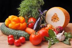 Ainda vida com vegetais e frutos no preto Fotos de Stock