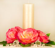 Ainda-vida com vela e as rosas brancas Imagens de Stock Royalty Free