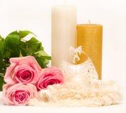 Ainda-vida com vela e as rosas cor-de-rosa Foto de Stock