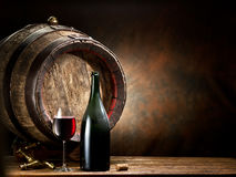 Ainda-vida com vidro do vinho, da garrafa e do tambor Imagem de Stock Royalty Free