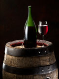 Ainda-vida com vidro do vinho, da garrafa e do tambor Fotografia de Stock Royalty Free