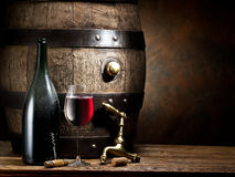 Ainda-vida com vidro do vinho, da garrafa e do tambor Foto de Stock Royalty Free