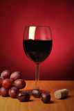 Ainda-vida com vidro do vinho vermelho Fotos de Stock