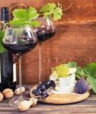 Ainda vida com vidros do vinho tinto e do chesse Foto de Stock
