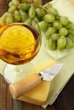 Ainda-vida com vinho branco das uvas Fotos de Stock Royalty Free