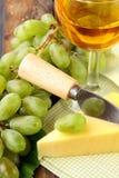 Ainda-vida com vinho branco das uvas Fotos de Stock