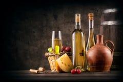 Ainda vida com vinho branco e queijo Fotos de Stock Royalty Free