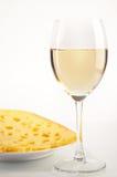 Ainda vida com vinho branco e queijo Fotos de Stock