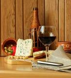Ainda vida com vinho e queijo Fotografia de Stock