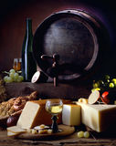 Ainda vida com vinho e queijo Fotos de Stock Royalty Free