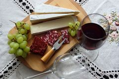 Ainda vida com vinho, queijo macio Fotos de Stock Royalty Free