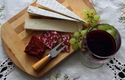 Ainda vida com vinho, queijo macio Fotos de Stock