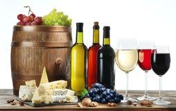 Ainda-vida com vinho, queijos e frutos Foto de Stock Royalty Free