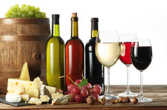 Ainda-vida com vinho, queijos e frutos Imagens de Stock Royalty Free
