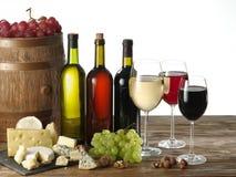 Ainda-vida com vinho, queijos e frutos Fotos de Stock