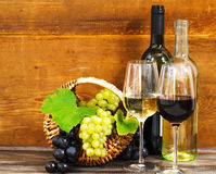 Ainda vida com vinho vermelho e branco Fotos de Stock Royalty Free