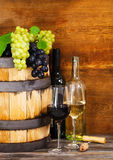 Ainda vida com vinho vermelho e branco Fotografia de Stock Royalty Free