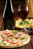 Ainda vida com vinho vermelho e pizza Fotos de Stock Royalty Free