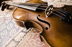 Ainda vida com violino do vintage Close up do violino de madeira velho Instrumento de música amarrado no fundo abstrato Foto de Stock