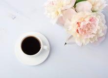 Ainda vida com xícara de café e flores Imagens de Stock