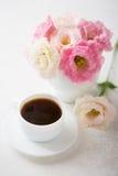 Ainda vida com xícara de café e flores Fotografia de Stock Royalty Free