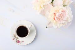Ainda vida com xícara de café e flores Imagem de Stock Royalty Free