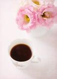 Ainda vida com xícara de café e flores Fotografia de Stock