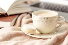 Ainda vida com xícara de café e livro na tabela de madeira, no branco Fotografia de Stock