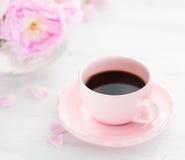 Ainda vida com xícara de café e ramalhete das rosas Foto de Stock Royalty Free